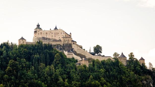 Hohenwerfen kasteel en fort boven de salzach vallei in werfen op oostenrijk