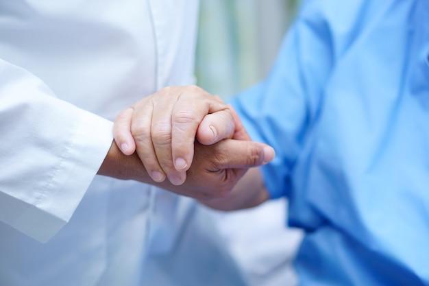 Holding hand aziatische senior of oudere oude dame patiënt met liefde
