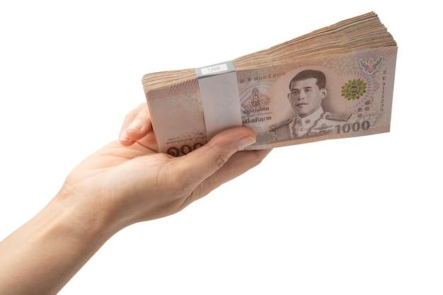 Holding stapel thaise baht bankbiljetten op witte achtergrond