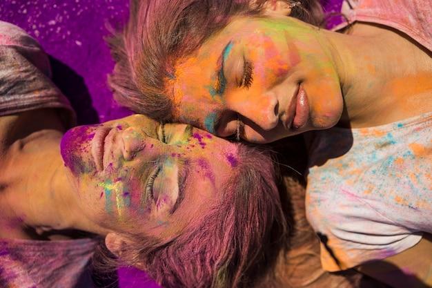 Holi-kleurpoeder op het gezicht van de vrouw