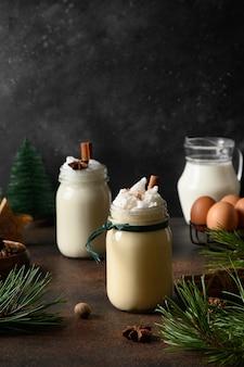 Holiday christmas advocaat in mason jar met kruiden en ingrediënten