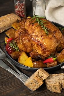 Holiday food gebraden kip of gevogelte met aardappelen en groenten