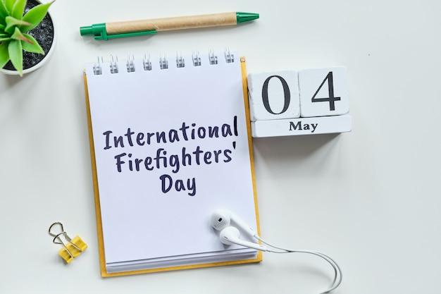 Holiday international firefighters day - 4 4th may month calendar concept op houten blokken.