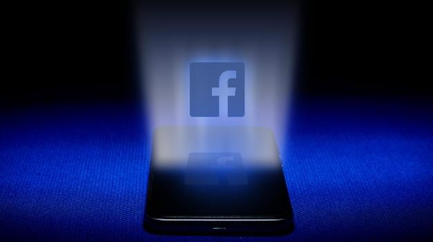 Hologram van facebook-logo. hologram facebook logo afbeelding op blauwe achtergrond.