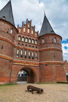 Holsten gate of holstentor is een middeleeuwse poort van de stad lübeck, noord-duitsland.