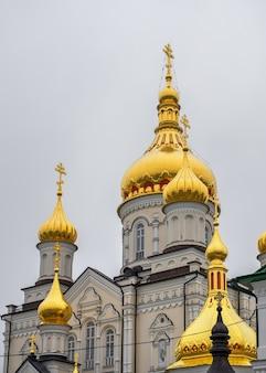 Holy dormition pochaev lavra in pochaiv, oekraïne, op een sombere winterochtend ervoor