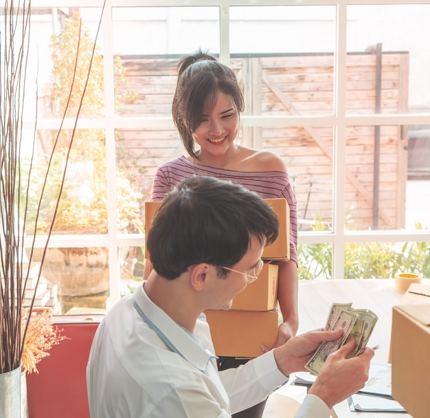 Home business-team controleert voorraad in online bedrijf aan huis