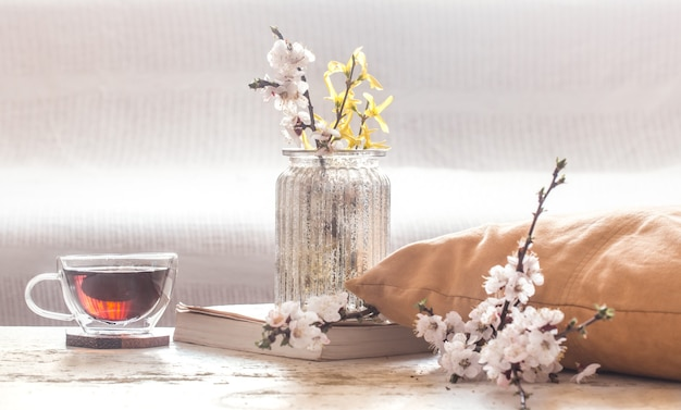 Home decor in de woonkamer kopje thee met lentebloemen