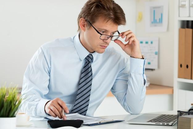 Home financiën, investeringen, economie, geld besparen of verzekeringsconcept