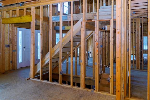 Home inlijsten van onafgewerkt houten gebouw of een huis