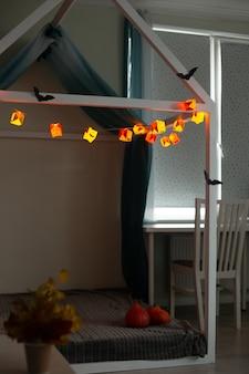 Home interieur handgemaakte papieren slinger ingericht voor halloween kinderkamer
