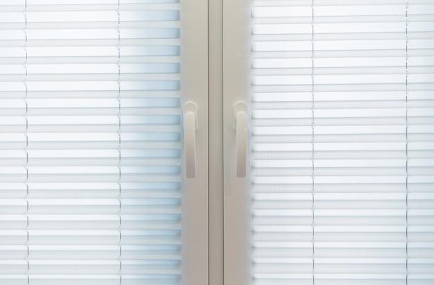 Home interior window blinds. witte textiel jaloezieën