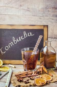 Home kombucha met citroen. selectieve aandacht. drinken.