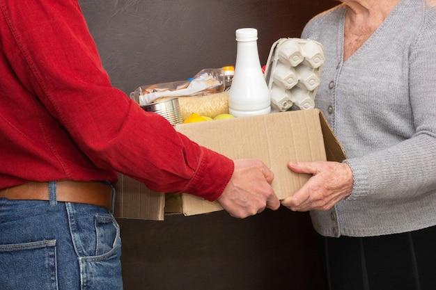 Home leveren van voedsel of donatiebox aan senioren in quarantaine tijdens covid-19