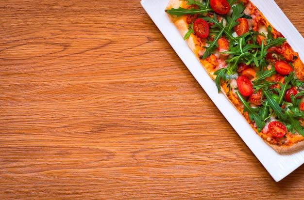 Home meid verse pizza met tomaten, rucola en mozzarell