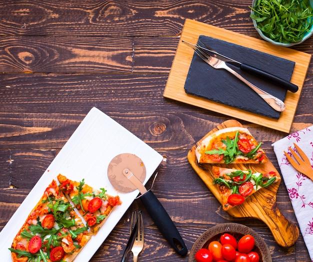 Home meid verse pizza met tomaten rucola en mozzarell