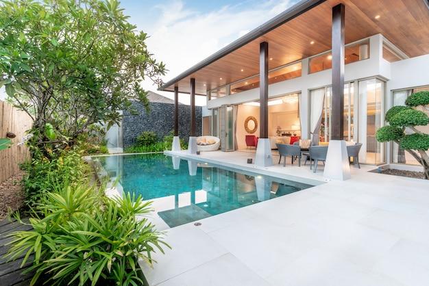 Home of huis exterieurontwerp met tropische zwembadvilla met groentuin,