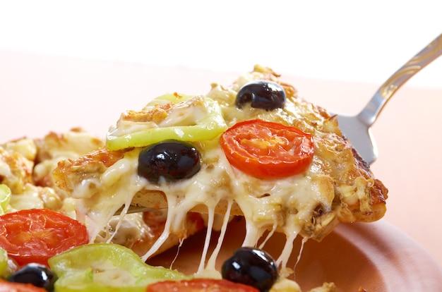 .home pizza met tomaat en aubergine close-up .take pizza, gesmolten kaas druipen. geïsoleerd op een witte achtergrond.