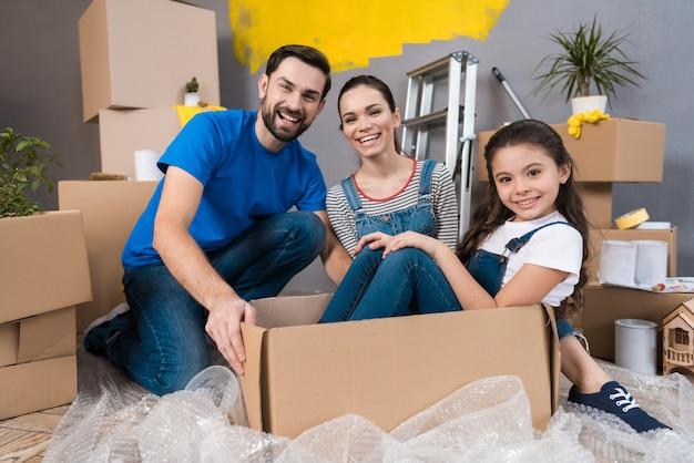 Home reparatie. jong gezin verhuizen naar nieuw appartement.