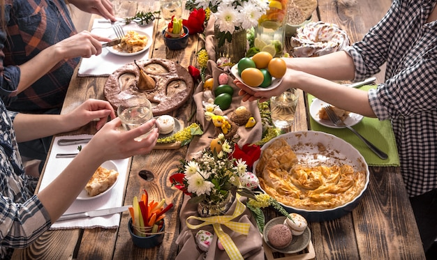 Home vakantie vrienden of familie aan de feesttafel