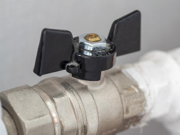 Home verwarming batterij klep close-up. regeling van stroom en temperatuur in de kamer