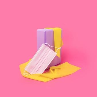 Home workout sportuitrusting paars yogablok en gele elastische banden op felroze achtergrond