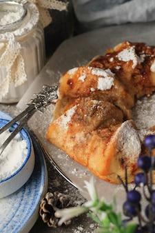 Homemade christmas cake pie op feestelijke tafel