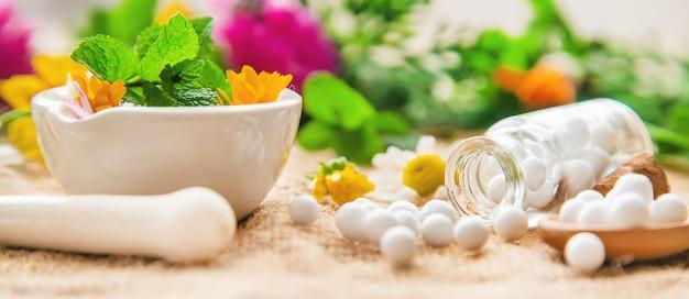Homeopathie, kruidenextracten in kleine flesjes.