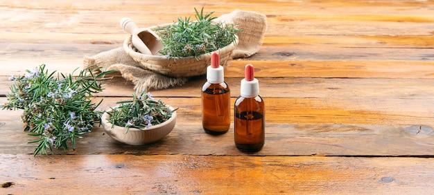 Homeopathische bereiding van gedestilleerde olie met takjes rozemarijn