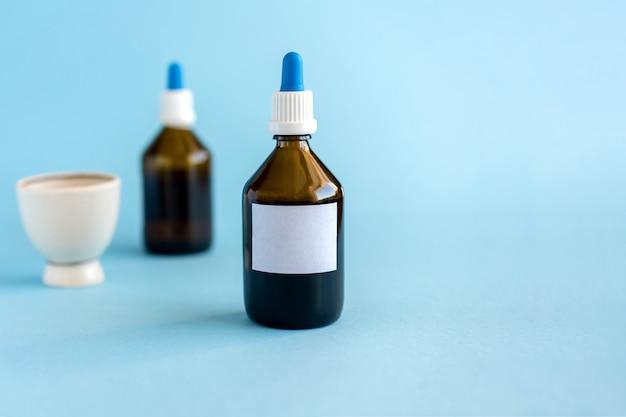 Homeopathische druppels en twee glazen flessen