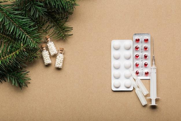 Homeopathische middelen en traditionele pillen om verkoudheid en griep te behandelen. natuurlijke geneeskunde versus conventionele geneeskunde concept bovenaanzicht kopie ruimte