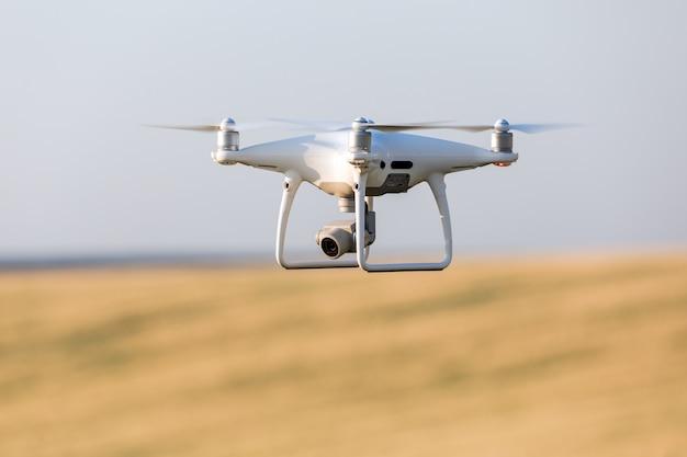 Hommel quadcopter op geel graangebied
