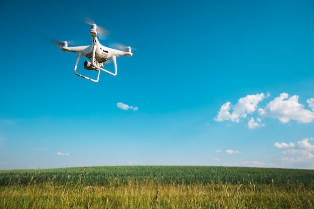 Hommel quadcopter op zoete maïs veld