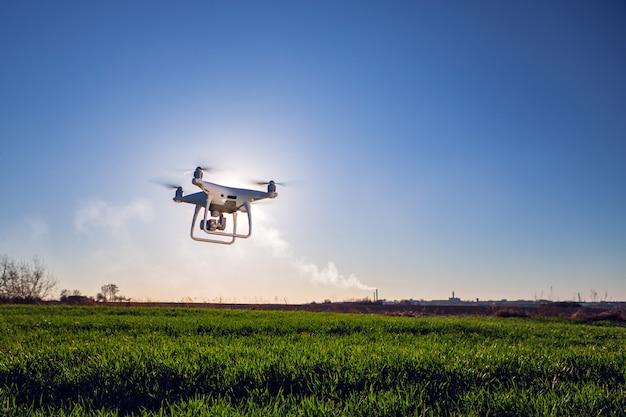 Hommel quadcopter op zoete maïsgebied