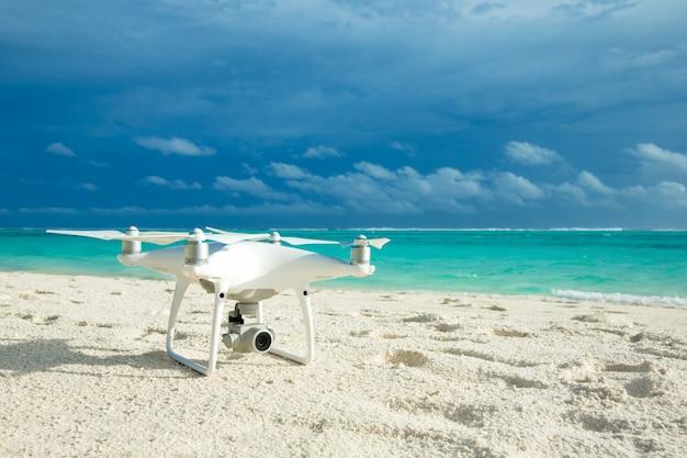Hommelcopter die over tropisch strand vliegen