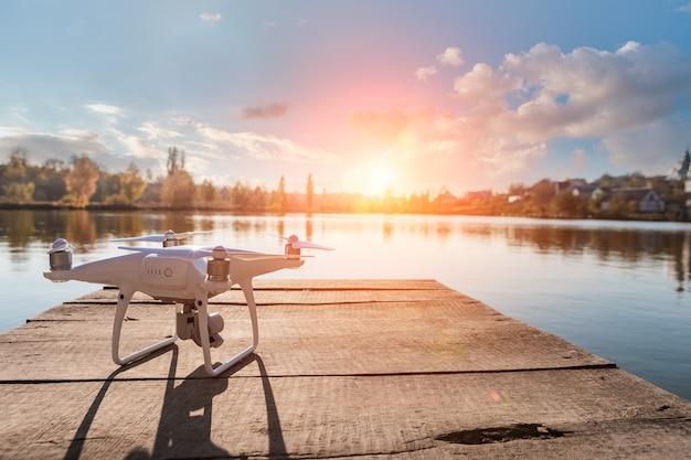 Hommelcopter met digitale camera, onduidelijk beeldrivier op achtergrond