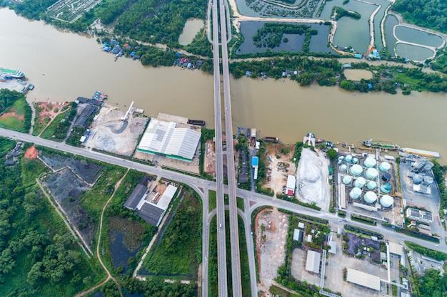 Hommelmening top down van tapee-rivier en brug in surat thani thailand