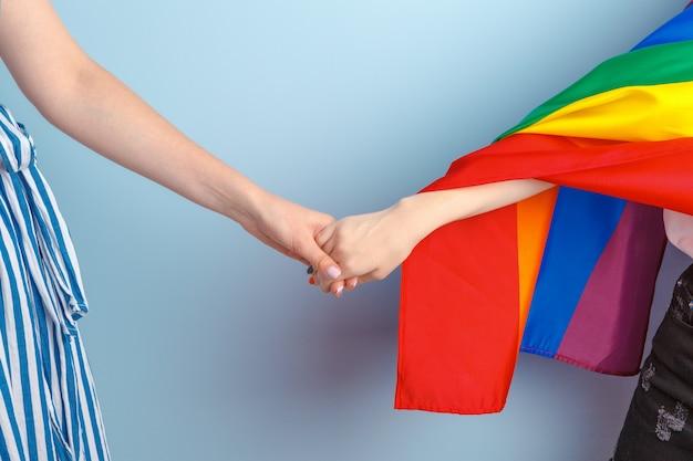 Homo liefde en huwelijk. sluit omhoog van gelukkig lesbisch paar
