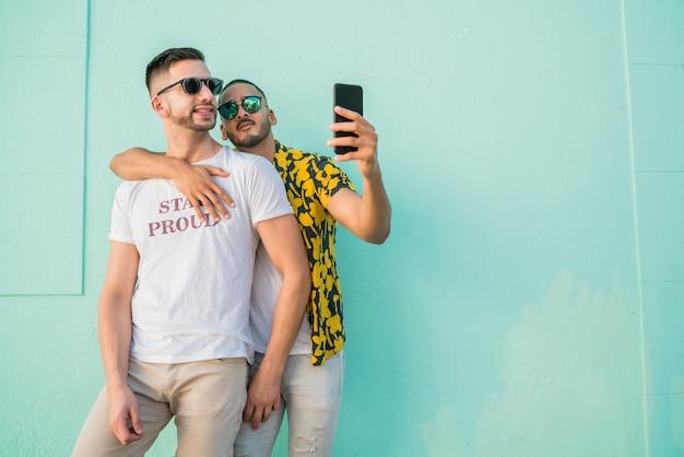 Homopaar die een selfie met mobiele telefoon nemen.