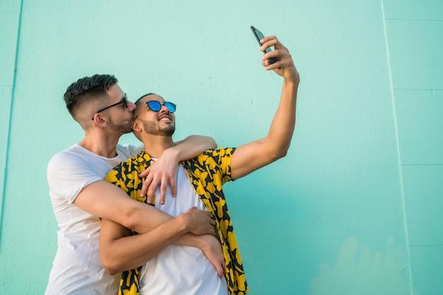 Homopaar nemen van een selfie met mobiele telefoon.