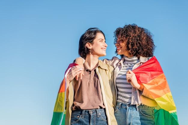 Homopaar van mooie vrouwen met een regenboogvlag