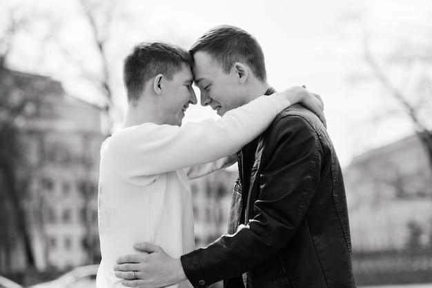 Homopaar wandelen in een stadscentrum, lifestyle