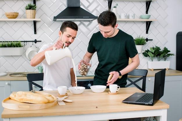 Homoseksueel koppel, homo's, homohuwelijk tussen blanke mannen. mannelijke partners die ontbijt hebben en in keuken thuis koken