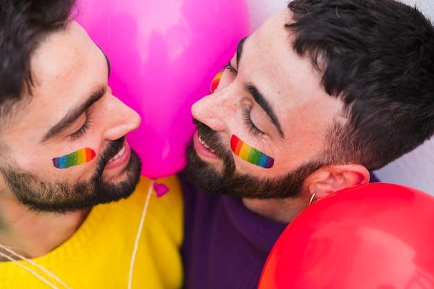 Homoseksueel paar dat en elkaar glimlacht bekijkt
