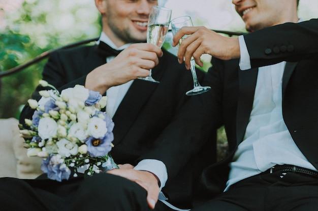 Homoseksueel paar dat hun eigen huwelijk viert - lbgt-paar bij huwelijksceremonie, concepten over inclusiviteit, lgbtq-gemeenschap en sociale gelijkheid
