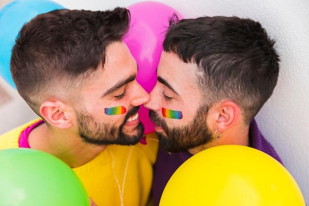 Homoseksueel paar glimlachend en hechting