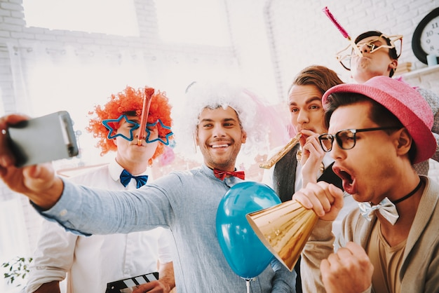 Homoseksuele mannen in strikjes nemen selfie op telefoon thuis