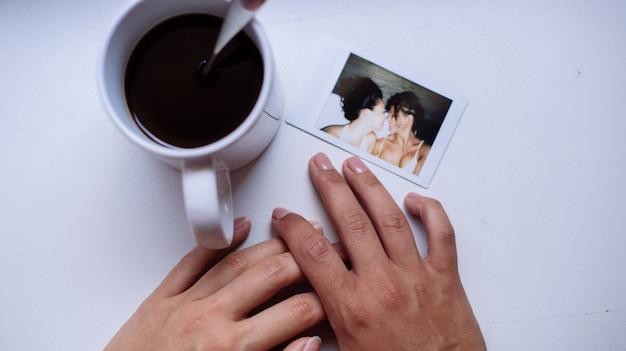 Homoseksuele paar levensstijl momenten thuis. conceptuele foto over homoseksualiteit