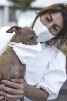 Hond buiten met beschermend masker voor coronavirus