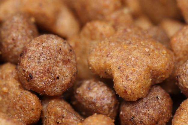 Hond huisdier snack bruin kat kattenvoer kip heerlijk eten fijnproever granen granen geïsoleerd gezond macro macrofotografie maaltijd vlees gemengde voeding voedsel voor huisdieren